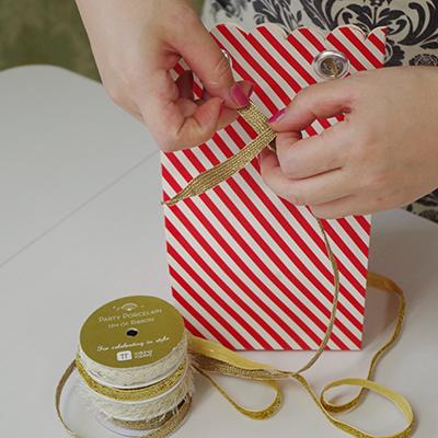 リボンやタグ、クシュ紙など。お菓子のラッピングに使えるアイテム、いろいろあります!