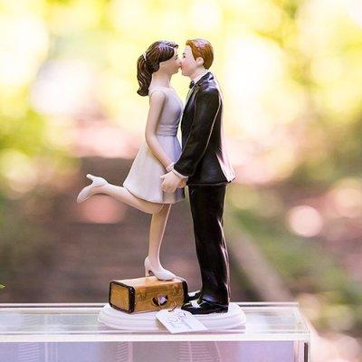 画像2: ウエディングケーキトッパー/トランクに乗ってキスする花嫁