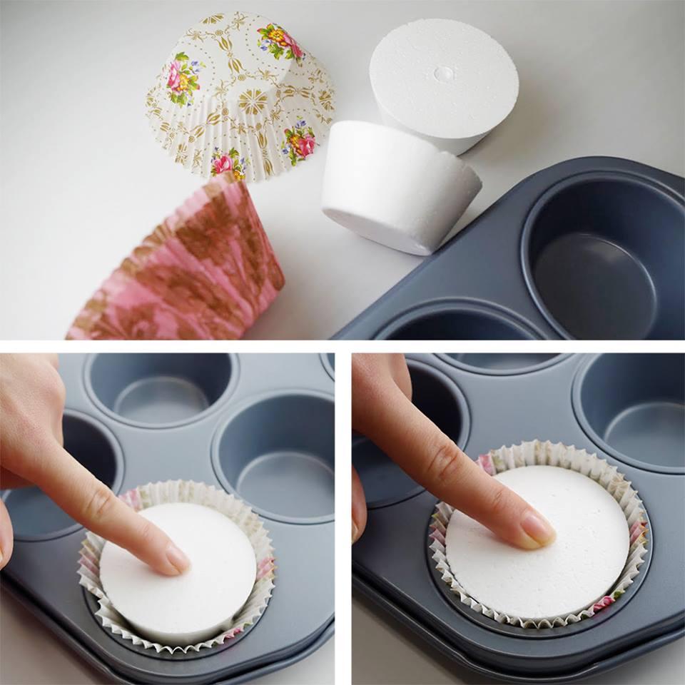 カップケーキダミーで、マフィンカップのギャザーを整える