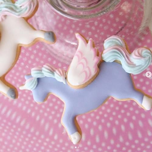 ユニコーンのクッキー型で、アイシングクッキー