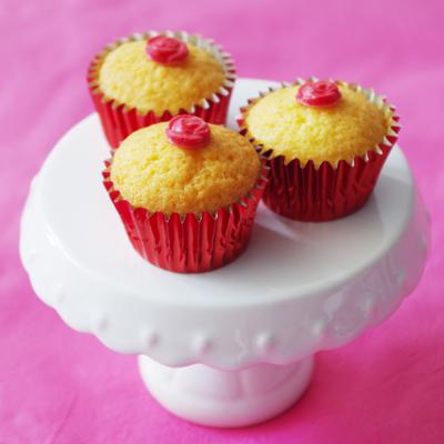赤い小さなベーキングカップに、薔薇のプチチョコを飾って...
