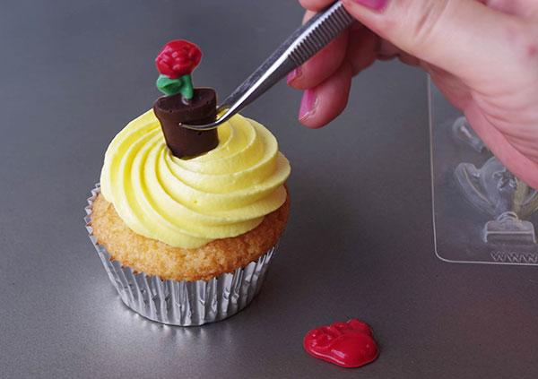 黄色いカップケーキに、薔薇のチョコレートをさして...
