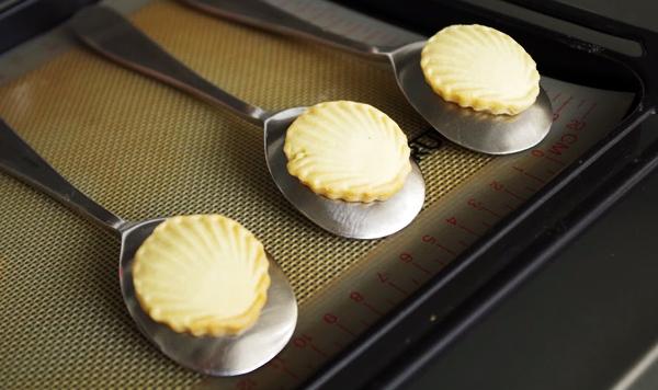 スプーンで丸みを出すクッキー型