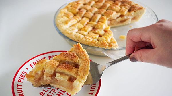 パイの表面に卵を塗ってツヤを出す